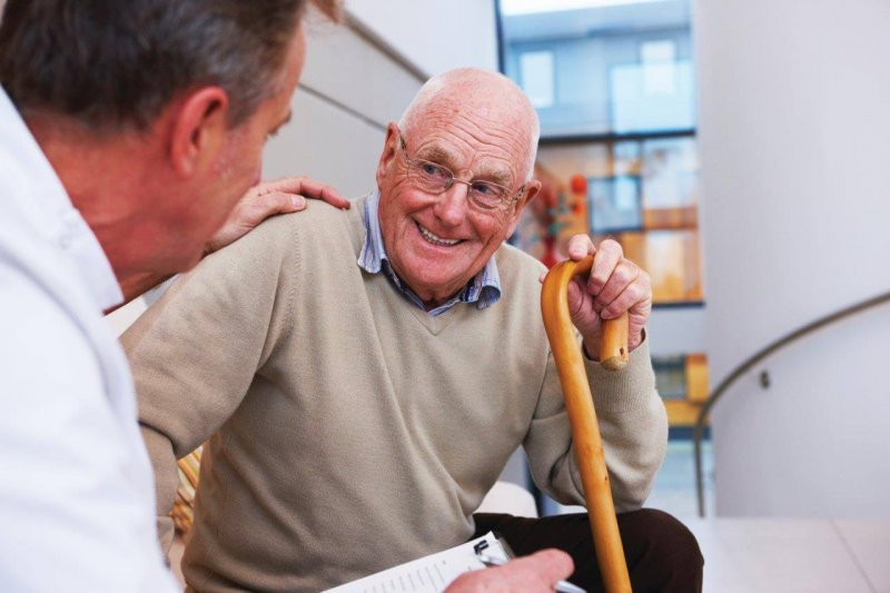 img elderly man with doctor