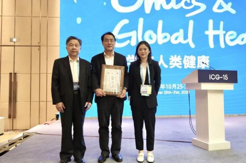 Professor Zhang wins the GigaScience Prize for Outstanding Data Sharing for his work on sequencing the genome of SARS-CoV-2. Credit: GigaScience