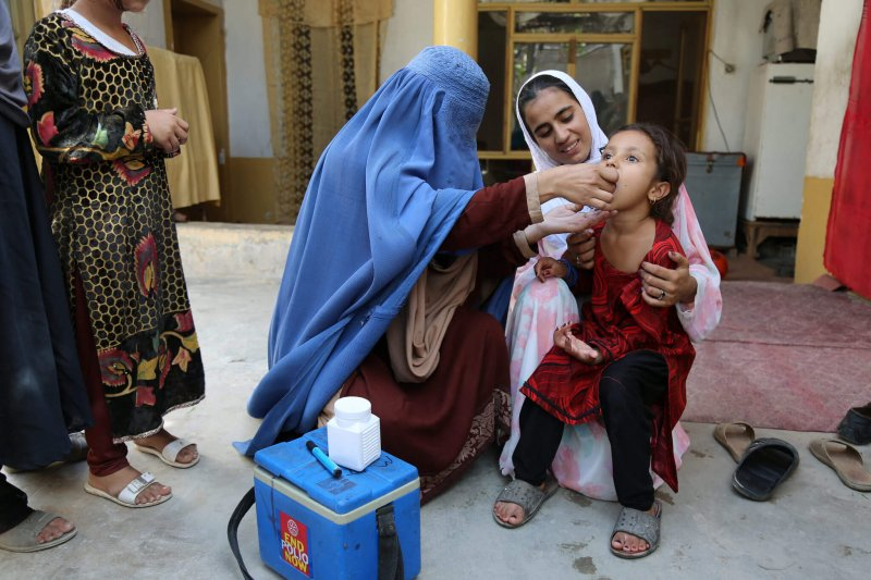polio vaccinating child afghanistan